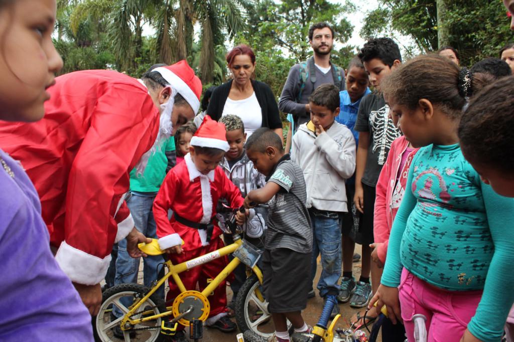 Bebe Noel fazendo a alegria de uma criança na Campanha de 2012