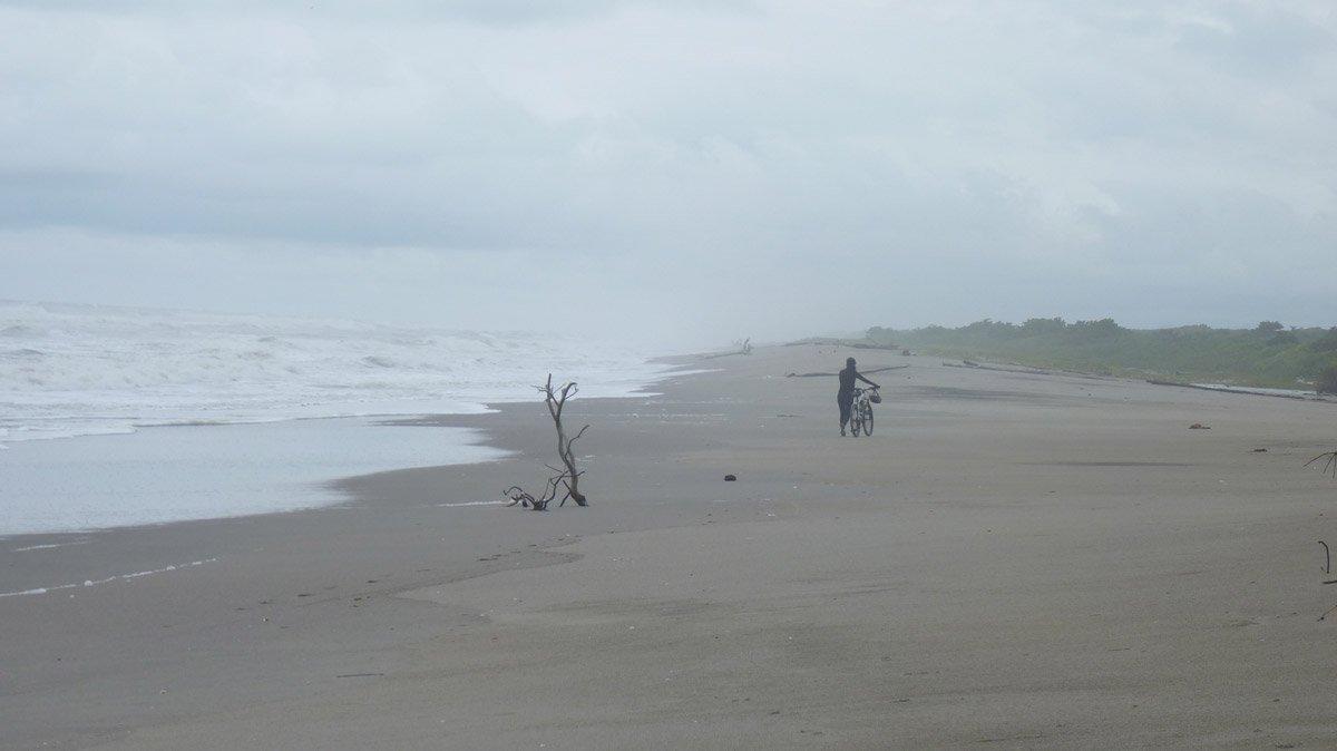 A maré nos obrigou novamente a empurrar por muitos quilômetros na volta