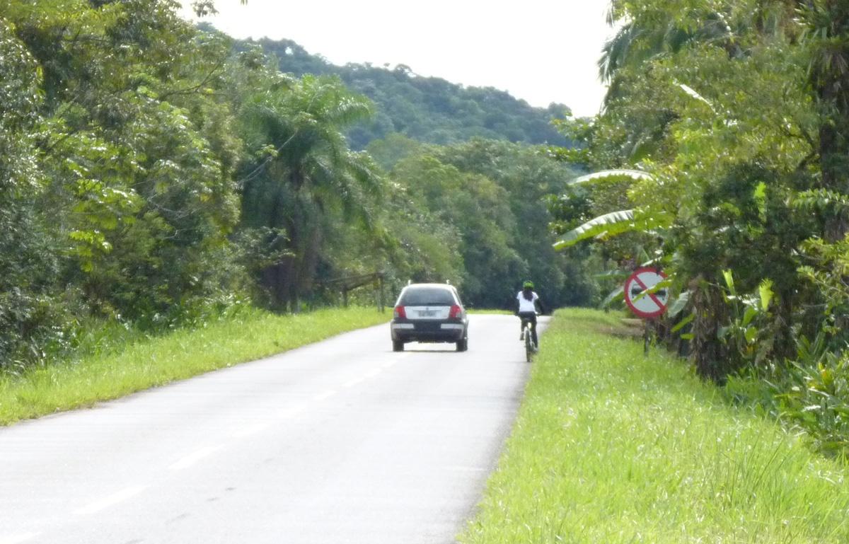 Ele estava muito acima dos 60 km/h. A lei manda REDUZIR a velocidade (Art. 220) e ultrapassar com 1,5m (Art.201)